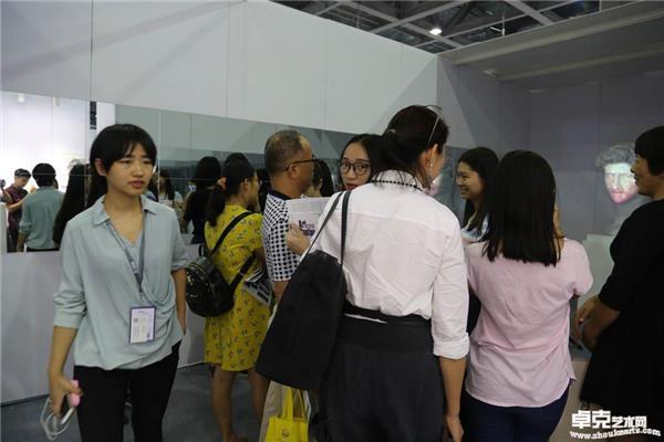 展览现场作品《变脸——西方邂逅东方》受到观众热情追捧